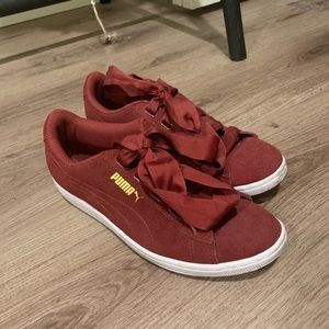 Maroon puma sneakers with ribbon lace